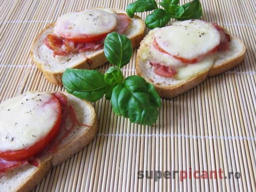 Crostini (paine prajita cu mozarella si prosciutto)